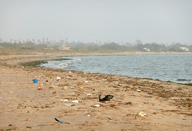 Dechets de toutes sortes sur une plage